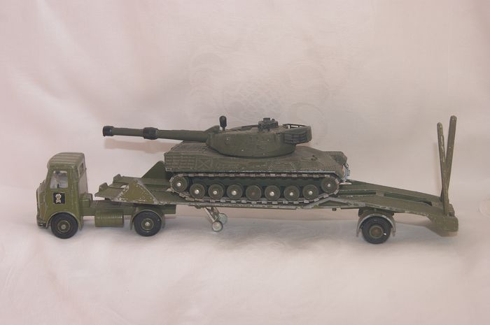 """Dinky Toys - 1:48 - New Serie First Issue """"A.E.C. Articulated Lorry Artic Tank Transporter no.618- 1976 - """"Leopard Tank"""" no.692 - 1974"""