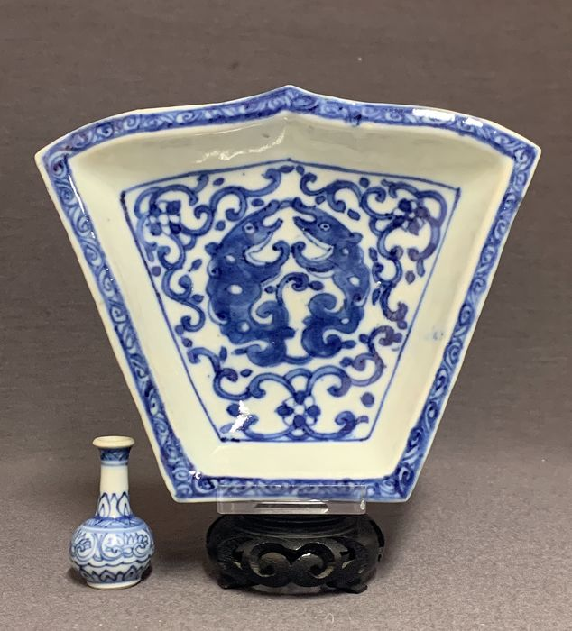 Plat de service - Porcelaine - Two mythical beast amidst blossom - Mint condition  - Chine - Jiaqing (1796-1820)