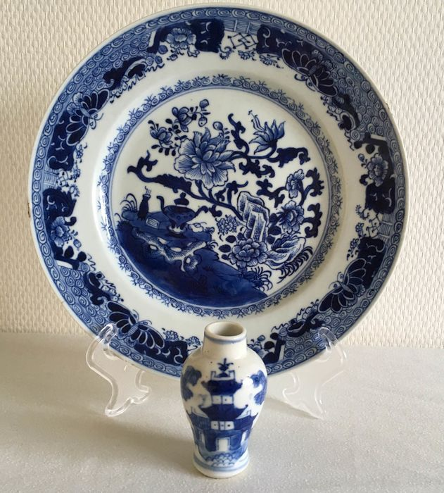 Miniatura, Piatto - Blu e bianco - Porcellana - Fiori - Plate Qianlong 18th & Vase miniature 19th -Good condition - Cina - XVIII secolo