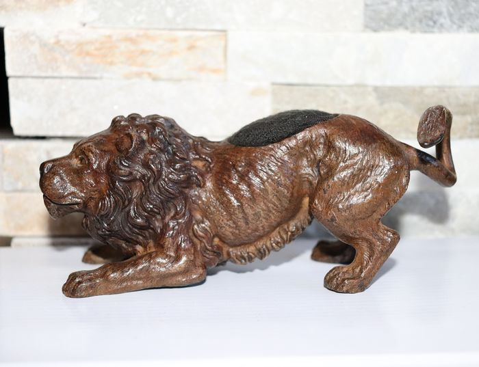 Vienna Foundry, possibly Bergman - Lion, Sculpture - Bronze (cold painted) - Early 20th century