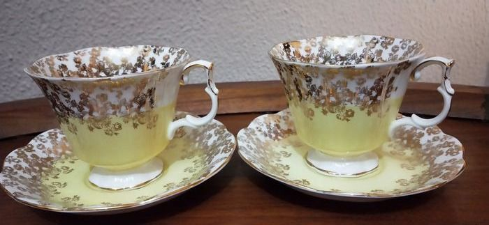 Royal Albert - cups and saucers (2) - Porcelana