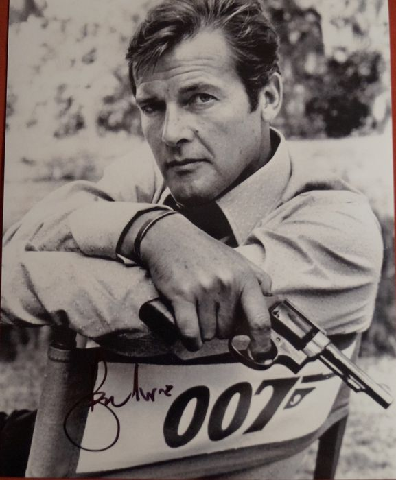 James Bond - Sir Roger Moore  - 007 - The Man with the Golden Gun - Foto, Handtekening