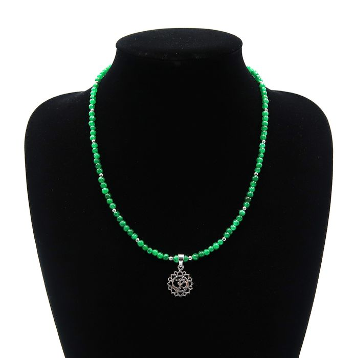 """Necklace, Syllable """"Om"""" - Sterling silver 925, Emerald - Tibet - 21st century"""