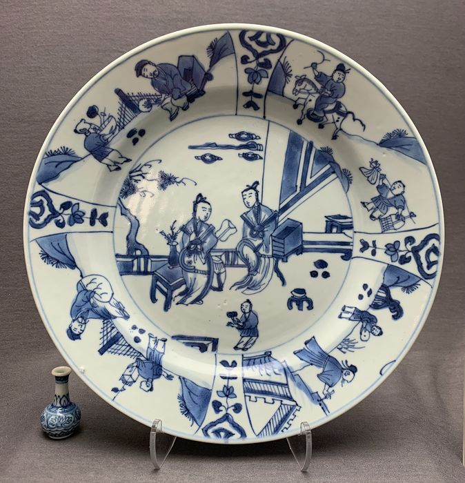 Assiette - Porcelaine - Seated figures, scholars and gift bearing students, figures on a horse, lotus and ruyi - Chine - Kangxi (1662–1722)