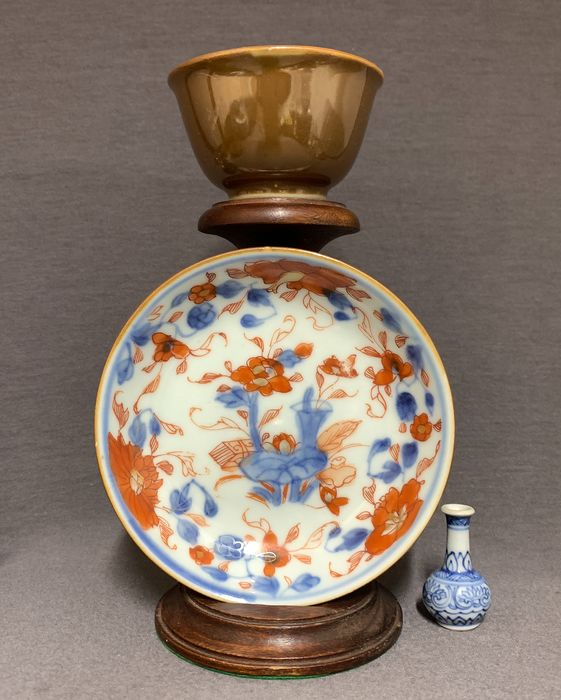 Piattino, Tazza (2) - Porcellana - Underglaze blue, red and gold - Lotus amidst valuables - Brown back - Cina - Kangxi (1662-1722)