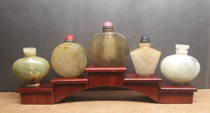 5 hardstone snuff bottles (5) - with padouk wooden display - China - 21e eeuw
