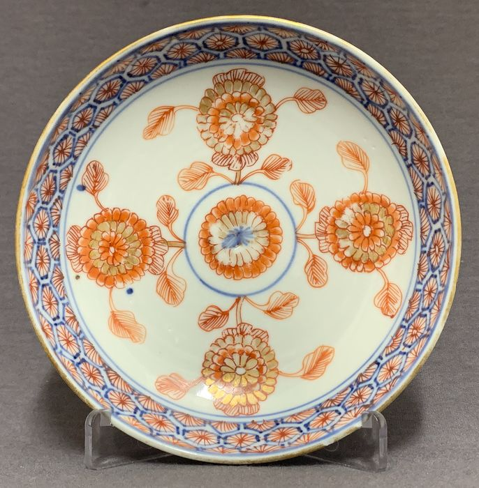 Soucoupe - Porcelaine - Chrysanthemums red and gold marked  - Chine - Kangxi (1662–1722)