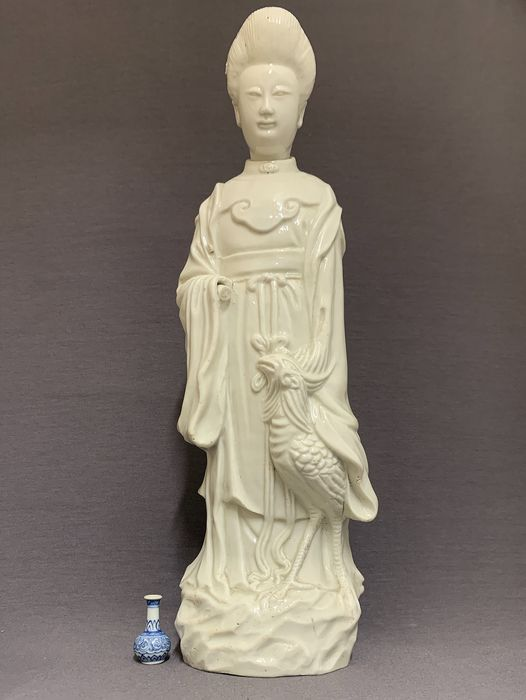Sculpture - Blanc de chine, Dehua - Porcelain - Guanyin with Fenghuang standing on rock - Large - China - Kangxi (1662-1722)