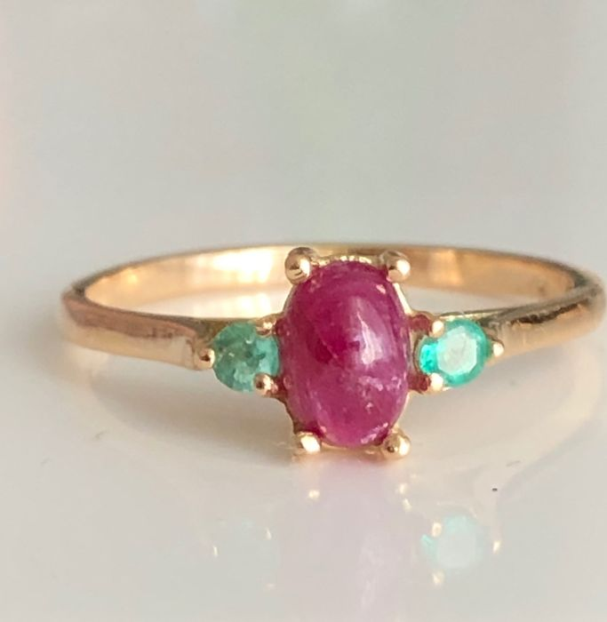 18 kt. Gold - Ring - 0.78 ct Ruby - Emeralds