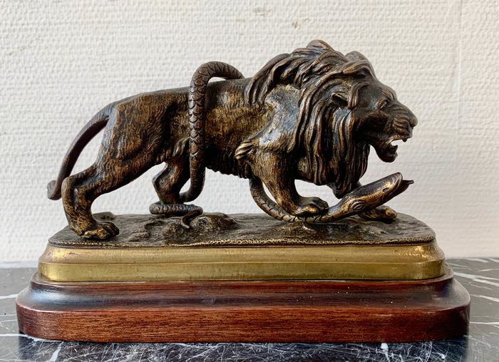 Sculpture, a lion fighting a snake - Bronze - Early 20th century