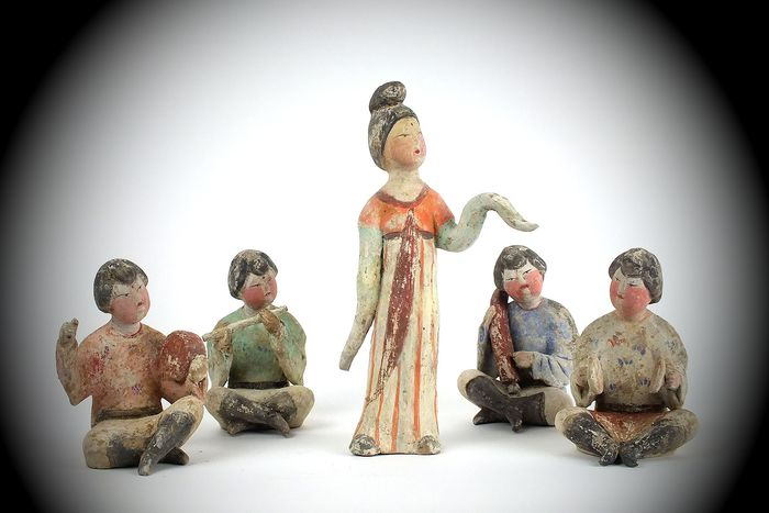 Mingqi (5) - Terracotta - A Magnificent Set of Four Painted Pottery Figures of Musicians and a Dancer. TL test - China - Tang Dynasty (618-907)