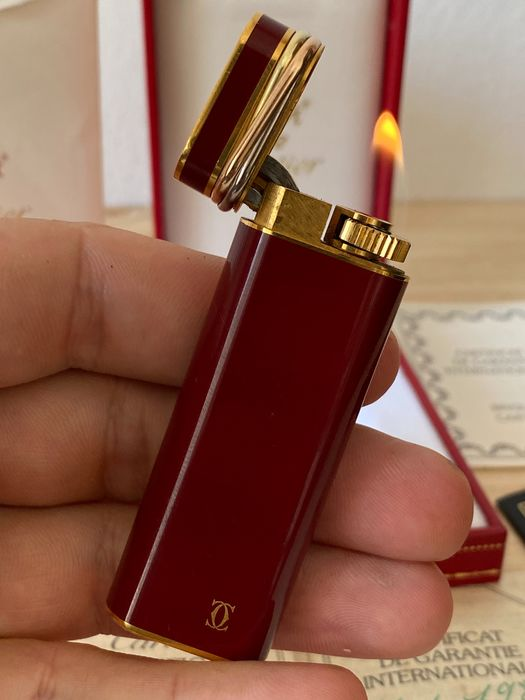Cartier - Lighter - Rare Red Laque de Chine With Box  , Documentation and Flints