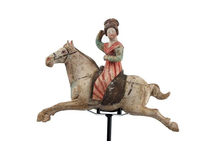 Mingqi - Terracotta - Wonderful Pottery Female Polo Player Astride A Galloping Horse, with TL test, H- 45 cm. - Cina - Dinastia Tang (618-907)