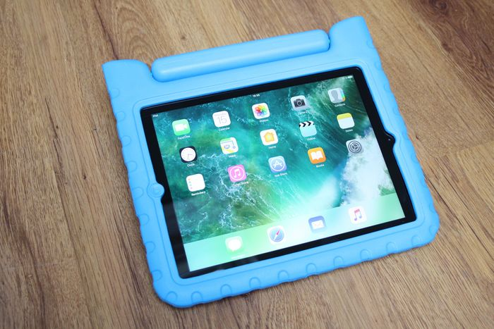 Apple iPad 4 (Retina screen - WiFi, 16GB) - model A1458 - with very sturdy & kid-friendly protective case - with Lightning cable