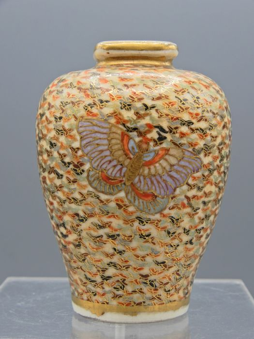 Small vase with 'thousand butterflies' decor - Satsuma - Ceramic - With mark 'Yasui' 安井 beneath Shimazu family crest - Japan - ca 1900-10 (Late Meiji/Early Taisho)