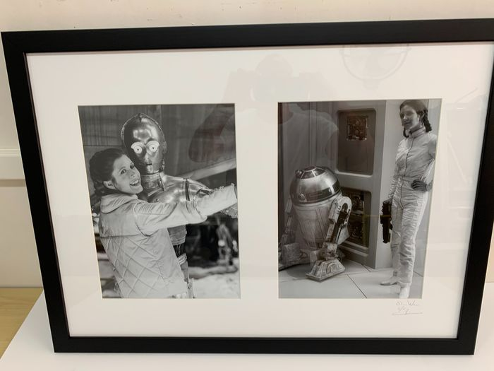 Star Wars - Carrie Fisher is Princess Leia, posing with Droids - 1 - Fotografia, framed Carrie Fisher Behind The Scene - 1/5 pcs