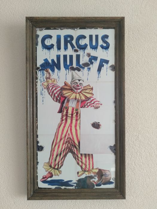 Large wood frame with beautiful metal billboard: colourful clown in action - Panneau d'affichage - métal