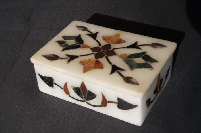 Pietra Dura lidded box - Renaissance Style - different types of stone - Early 20th century