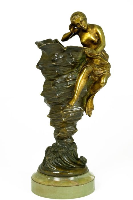 Joe Descomps (1869-1950) - Bronze sculpture of a lady with a shell on an onyx pedestal - ca.1915
