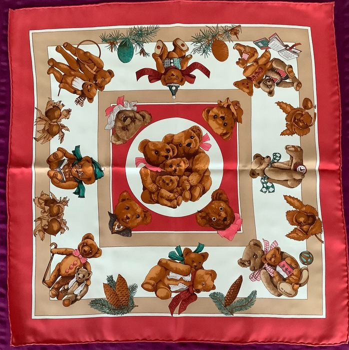 Hermès silk scarf in new, never used quality.