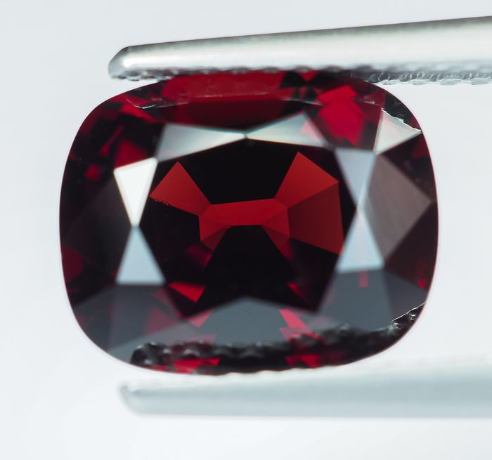 Burma - Intensiver roter Spinell - 3.97 ct