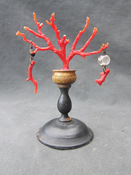 Mediterranean red coral stand, curiosity cabinet, art chamber - Bronze (gilt), Wood, red coral - 19th century
