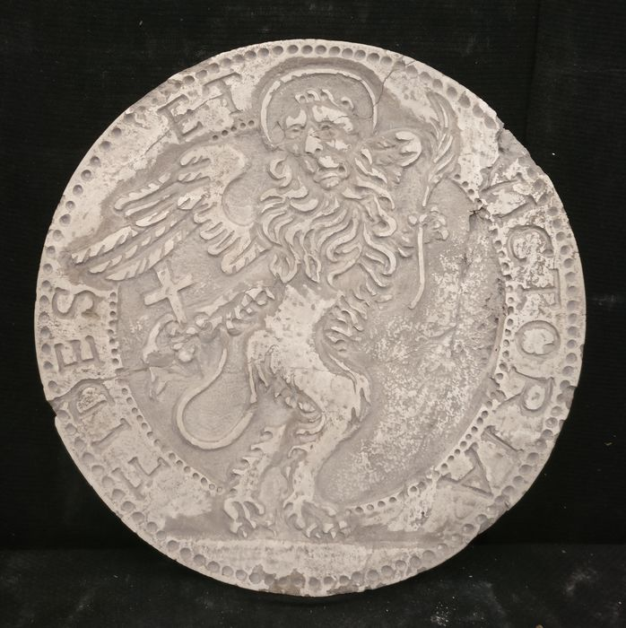 Venetian Medallion - Lion of San Marco - Diameter 50 cm - Marble of Istria - 20th century