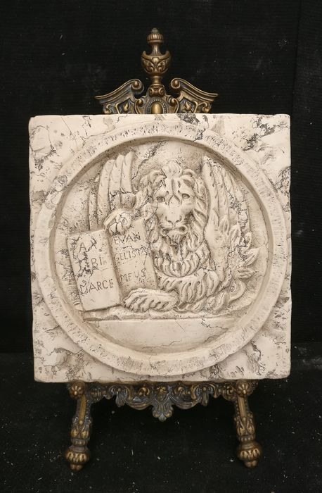 Venetian emblem - St. Mark's Lion - 30 x 30 cm - Biancone marble from Asiago - First half 20th century