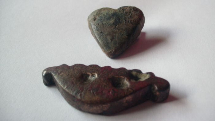 République romaine. Lot of 2 pieces of Aes Formatum,  one heart shaped example and one palmette shaped example. Circa 6th-3rd century BC