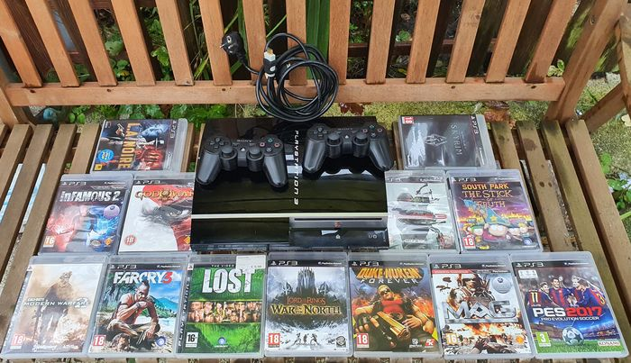 1 Sony PlayStation 3 with Two Controllers - Console with games (13)
