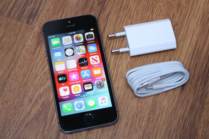 Apple iPhone 5S (Black & Slate, 16GB) - model A1457 - with original charger & new lightning cable