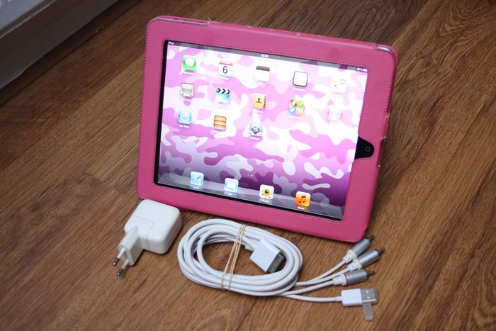 Apple iPad (WiFi, 32GB) - model A1219 - With sturdy cover, original charger & A/V output cable