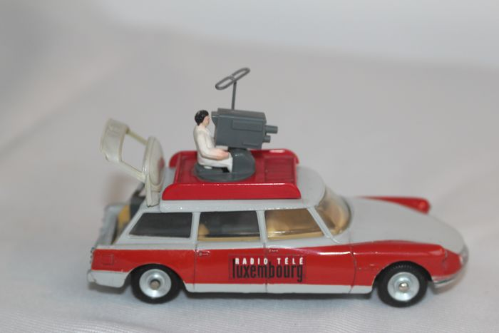 Dinky Toys - 1:43 - Dinky Toys - 1:43 - nr. 1404 French Dinky Citroen Break Id 19 Radio Tele Luxembourg