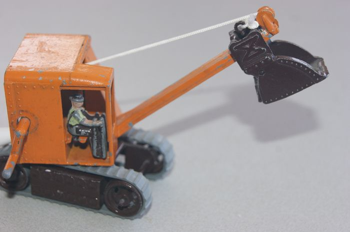 """MOKO"" Toys of Distinction - 1:76 - A FIRST Original ""MOKO Toys of Distinction"" Product: ""EXCAVATOR with Rubber Tracks""  - Avec Original Die-Cast ""DRIVER"" - 1947"