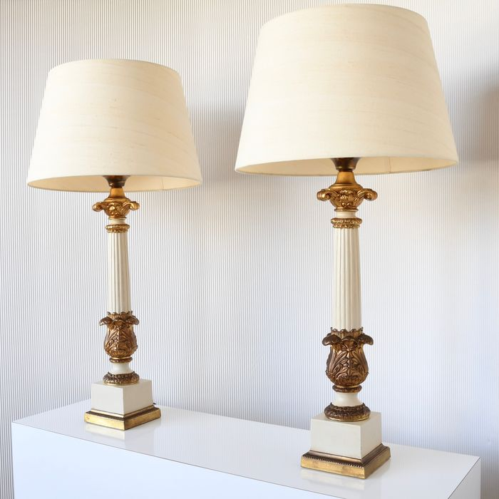 Tafellamp, Two heavy-duty metal gilded table lamps with pillars as decoration - Regency