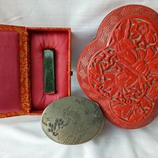 Hardstone seal, carved lacquer box, metal box (3) - Jade, lacquer and copper - China - Early 20th century
