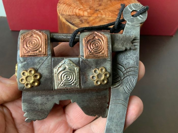 Antique sled lock very decorated with working key (1) - Brass, Copper, Iron (cast/wrought)