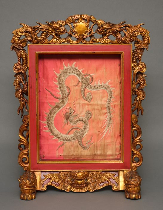 Schermo - Legno laccato - Rare framed embroided image of a dragon in a handcarved goldlacquered stand. - Cina meridionale - Vietnam - XIX secolo