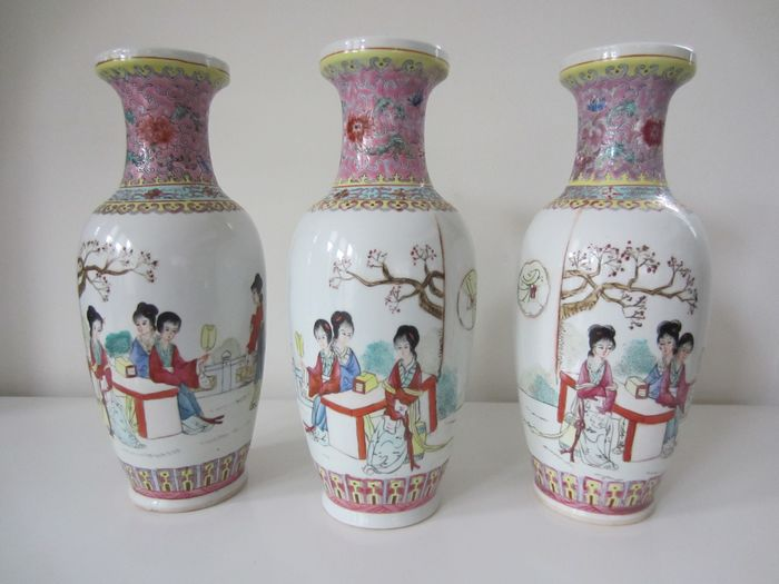 Vasi Jingdezhen (3) - Famille rose - Porcellana - Geishe e calligrafia - Three Chinese famille rose vases with ladies and inscriptions - Cina - Fine del XX secolo