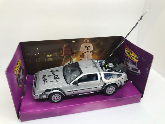 "Ritorno al futuro - Christopher Lloyd ( Dr. Emmett ""Doc"" Brown ) signed DeLorean model car - 1:24 - Autografo, Veicolo"