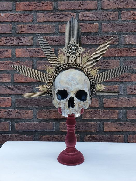 Royal King Skull, con piedistallo tornito - Homo sapiens replica - 54×50×19 cm