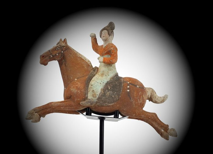 Mingqi - Terracotta - Painted Red Pottery Female Polo Player Astride a Galloping Horse, TL test, H- 40 cm. - Cina - Dinastia Tang (618-907)