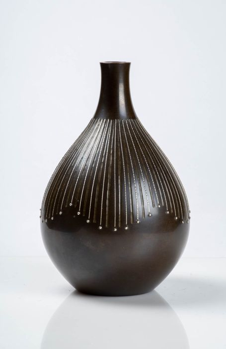 Vase - Bronze patiné, Incrustations d'argent - Spherical in shape with silver inlays on bronze - signed Kankei 勘 渓 - Japon - Période Shōwa (1926–1989)