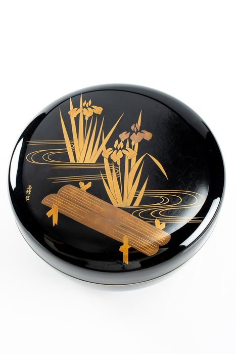 Boîte - Laque - Round box in lacquer with gold floral decoration - Gold signature on the lid - Japon - Période Shōwa (1926–1989)