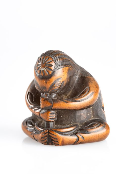 Netsuke - Madera - Tengu holding his long nose to mix miso in a fun way - Japón - Periodo Edo tardío