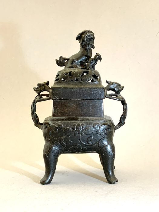 Bruciatore di incenso (1) - Bronzo - Leone - An elegant bronze incense burner and cover, fang ding and cover, - Cina - XVII secolo