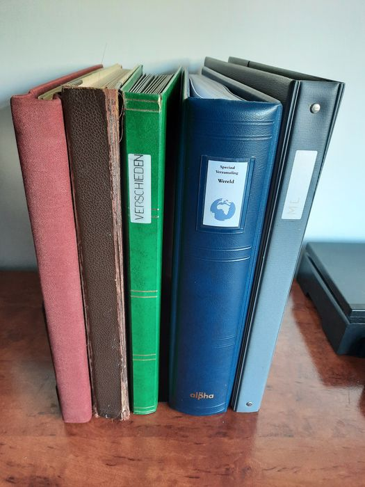 Welt - Elaborate batch in three stock books and two folders, with, amongst others, rare printing errors and old material
