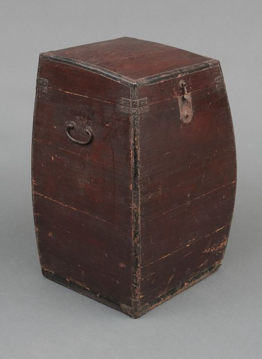 Caja - Madera - Samurai - Unusual tall and old travelling box for yoroi - samurai outfit - with original, but not working key - Japón - Periodo Edo (1600-1868)