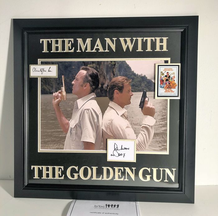 James Bond - The Man with the Golden Gun -  Roger Moore (007) & Christopher Lee (Scaramanga) - Foto, Handtekening, Double Signed cards, Framed Display , with COA