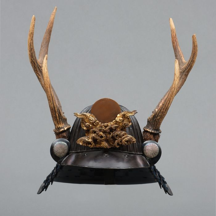 Kabuto - Métal laqué - Samouraï - 32 plate sujikabuto-helmet, black lacquered with real stag antlers & a rare maedate with sun & waves - Japon - Période Edo (1600–1868)